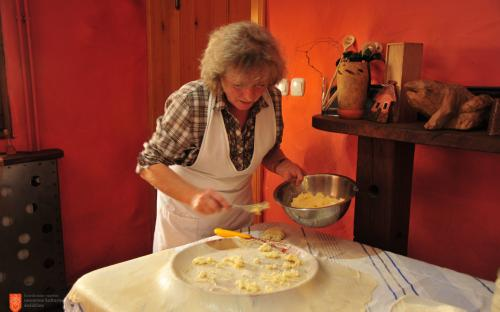 Veronika Hlebec while baking Prleška gibanica.
