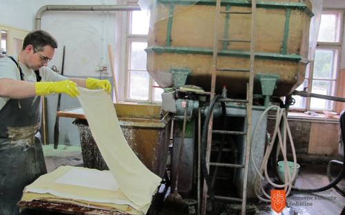 Ročno izdelovanje papirja.