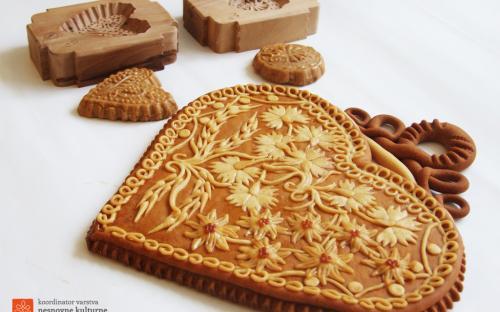 Izdelovanje malih kruhkov in lesenih modelov.