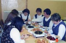 Danica Krivec s skupino žensk iz vasi Poljubinj. Photo: Dejan Krivec, 2010.