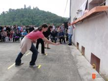 Odbor za tradicionalno ciljanje pirhov, Krajevna skupnost Miren. Foto: Sonja Cijan, 2011.
