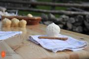 Prikaz izdelovanja sirov trničev. Foto: A. Jerin, 2018
