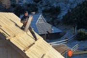Bojan koželj med prekrivanjem strehe pastirske koče na Veliki planini. Foto: M. Povše, 2011.